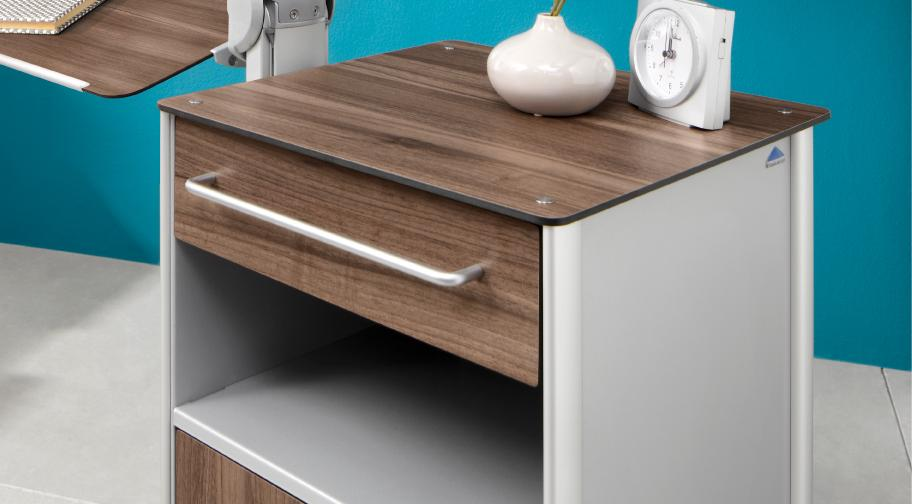 The large ergonomic handles make the drawers easy to operate.