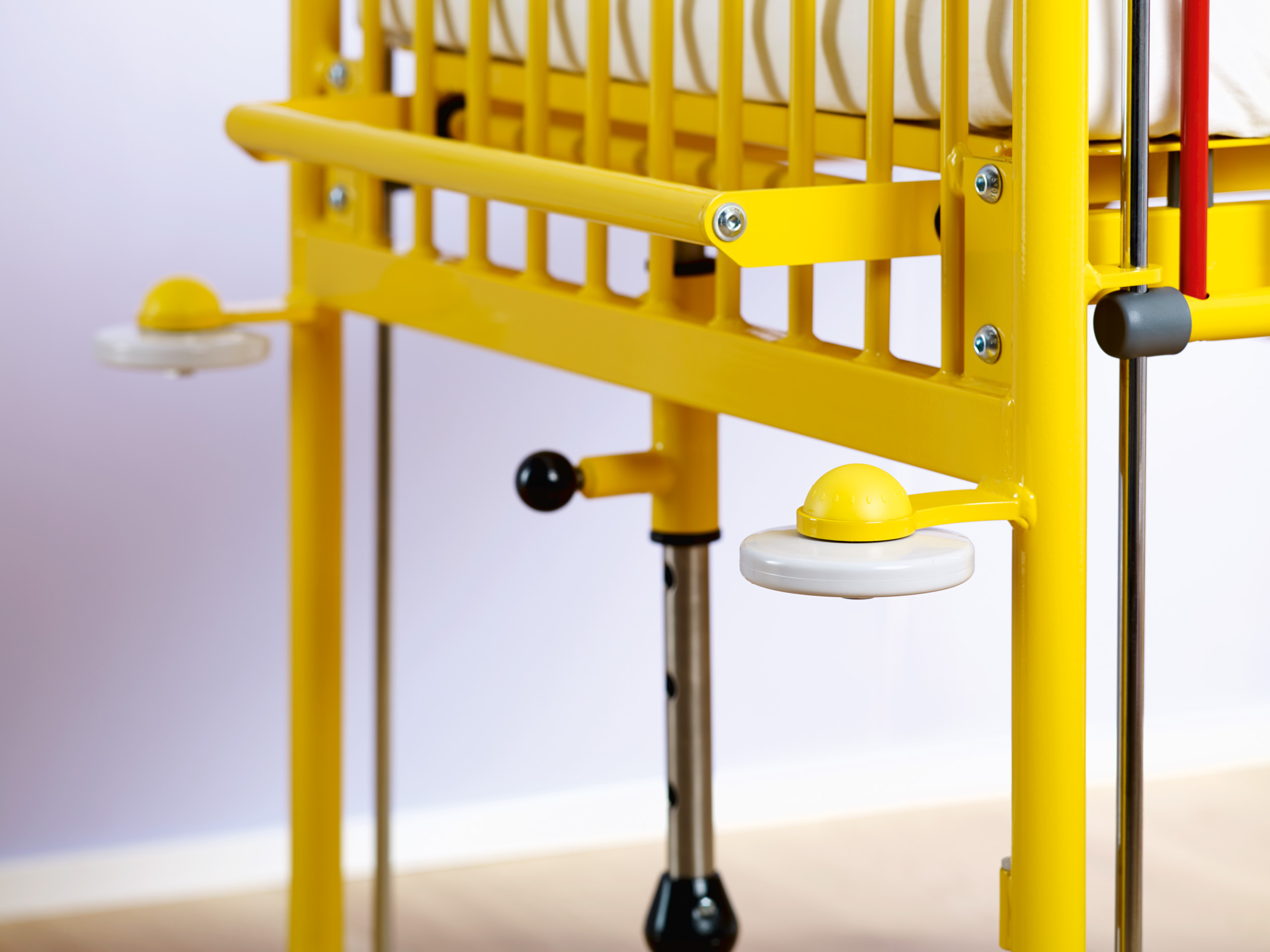 Easy height adjustment of the Junior cot