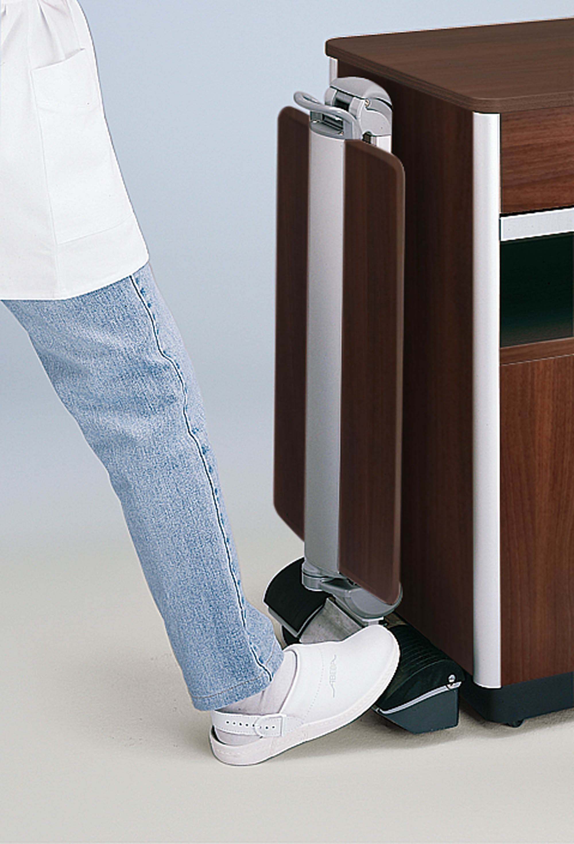 Detaching the overbed table from the Combino bedside cabinet